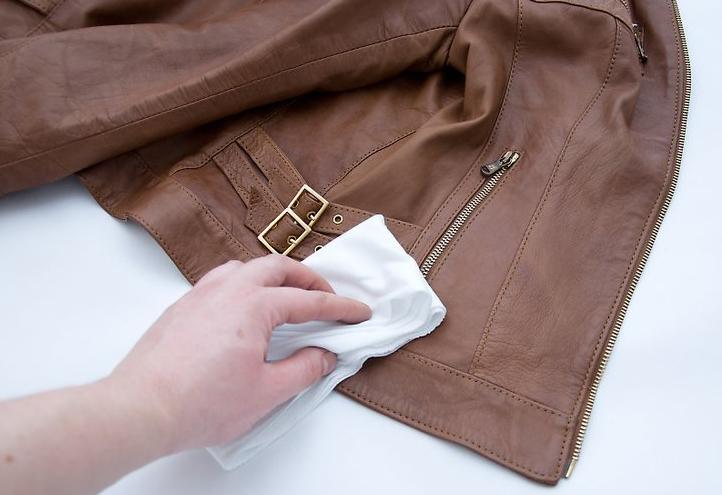 Xử lí vết nấm mốc trên áo da đơn giản tại nhà
