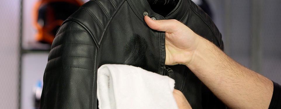 Vệ sinh áo da định ky giúp áo da luôn bền đẹp